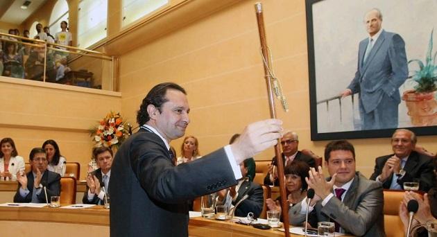 Pedro Arahuetes muestra el bastón de mando tras su investidura como alcalde de Segovia en presencia del resto de concejales (Javier Arranz: primero por la derecha abajo).