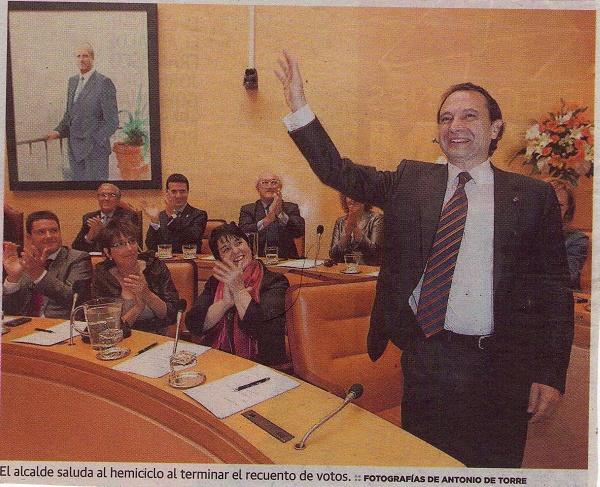 El alcalde saluda al hemiciclo al terminar el recuento de votos. (Javier Arranz: primero por la izquierda abajo).