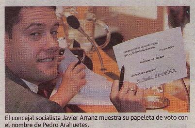 El concejal socialista Javier Arranz muestra su papeleta de voto con el nombre de Pedro Arahuetes.