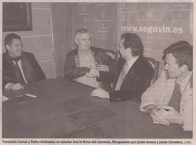 Fernando Correa y Pedro Arahuetes se saludan tras la firma del convenio, flanqueados por Javier Arranz y Javier Carretero