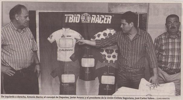 De izquierda a derecha, Antonio Barrio; el concejal de Deportes, Javier Arranz; y el presidente de la Unión Ciclista Segoviana, José Carlos Valero. / Juan Martín.