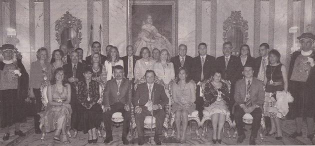 Arahuetes, en el centro, con el bastón de mando, junto al resto de concejales