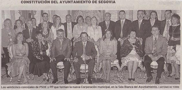 Los veinticinco concejales de PSOE y PP en la Sala Blanca del Ayuntamiento