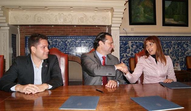 Javier Arranz y el alcalde, Pedro Arahuetes, con la directora del colegio Concepcionistas
