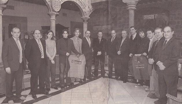 Los protagonistas del encuentro entre la Gimnastica Segoviana y el Real Ávila en el patio de Los Velada, momentos antes de la comida de hermandad (Javier Arranz, tercero por la dcha.)