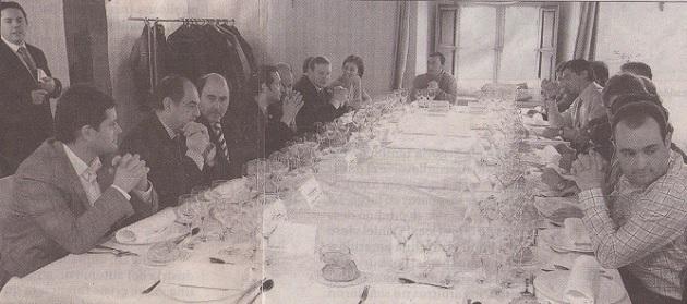 En torno a la mesa se reunieron más de veinte personas que disfrutaron hablando de fútbol (Javier Arranz, primero por la izqda.)