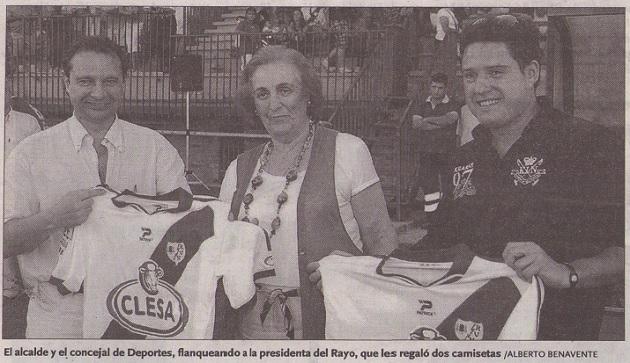 Pedro Arahuetes y Javier Arranz flanqueando a la presidenta del Rayo Vallecano, que les regaló dos camisetas