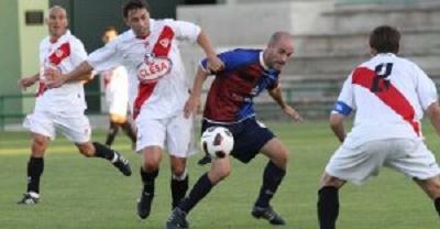 El centrocampista gimnástico Ricardo disputa un balón a un jugador del Rayo