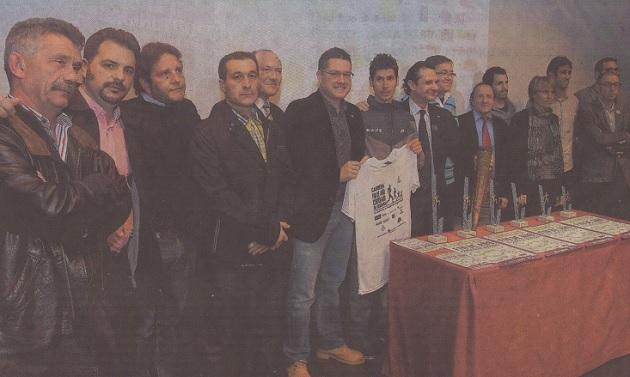 Organizadores y colaboradores de la Carrera Fin de Año Ciudad de Segovia 2013, en presencia de Javier Guerra (flanqueado por Pedro Arahuetes y Javier Arranz), posan junto a los trofeos de esta nueva edición