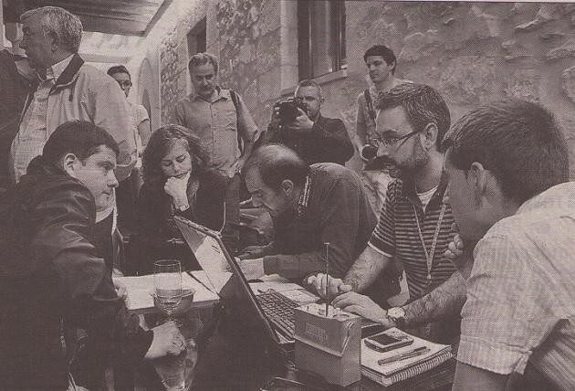 Los nervios afloraban en el equipo de campaña socialista que pulsaba los resultados de las mesas electorales (Javier Arranz, primero por la izqda.)