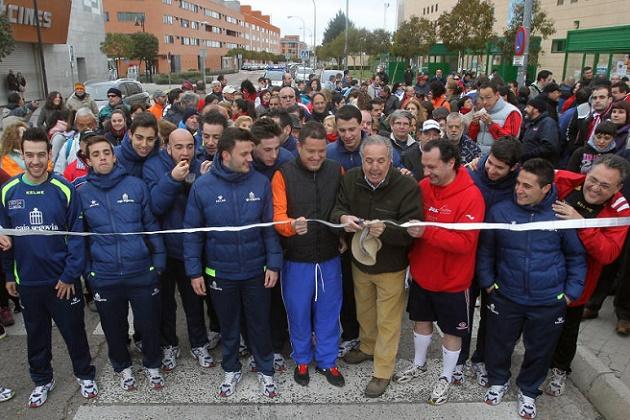 Cerca de medio millar de personas participan en la marcha a beneficio del Caja Segovia FS