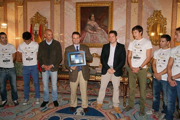 El Ayuntamiento rinde homenaje a los deportistas del Triatlón IMD Segovia