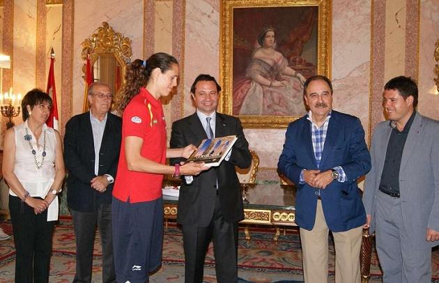 Amaya Valdemoro recibe el obsequio del alcalde