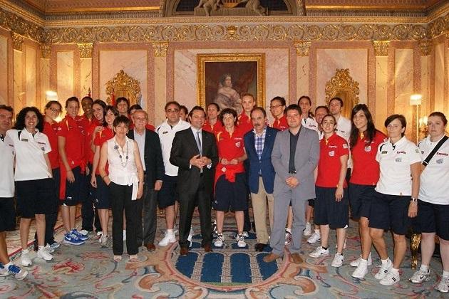 El Ayuntamiento recibe a la selección española femenina de baloncesto